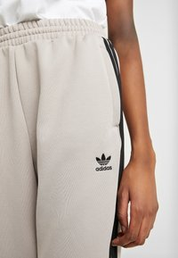 adidas Originals - TRACK PANTS - Pantalon de survêtement - vapour grey - 3