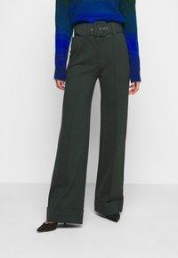 Victoria Victoria Beckham - BELTED TROUSER - Spodnie materiałowe - ivy green - 0