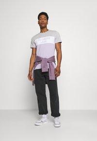 CLOSURE London - PANELLED LOGO BLOCK TEE - T-shirt med print - grey/violett - 1