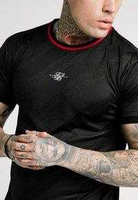 SIKSILK - JACQUARD TEE - T-shirt - bas - black - 4