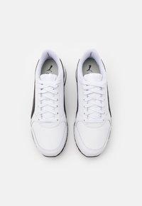 Puma - RUNNER V2 UNISEX - Sneakers - white/black - 3