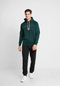 GANT - SHIELD HOODIE - Jersey con capucha - tartan green - 1