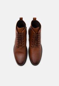 Geox - TERENCE - Šněrovací kotníkové boty - cognac - 3