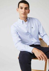 Lacoste - LACOSTE - Shirt - blanc / bleu - 3