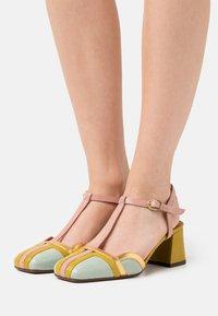 Chie Mihara - VORITA - Classic heels - salvia/powder/curry/tana gold - 0