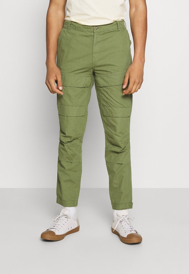 MILES PANTS - Cargo trousers - oil green