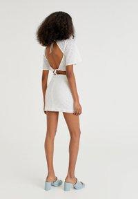 PULL&BEAR - WEISSER SCHWEIZER STICKEREI - A-line skirt - white - 2