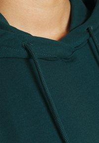 Vero Moda Curve - VMOCTAVIA DRESS - Denní šaty - sea moss - 7