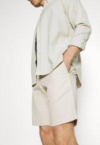 Tommy Hilfiger - BROOKLYN LIGHT - Shorts - classic beige - 3
