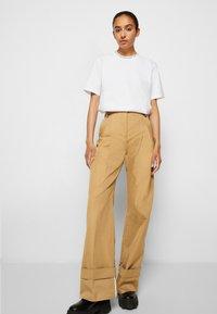 Victoria Victoria Beckham - FLARED TROUSER - Spodnie materiałowe - sandstone - 5