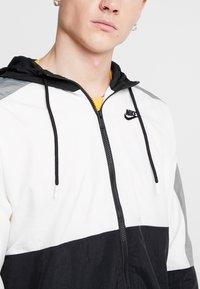 Nike Sportswear - Sportovní bunda - black/white/smoke grey - 5