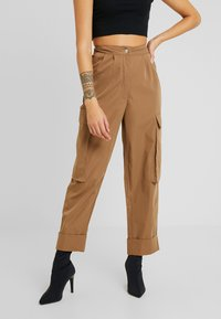 Missguided Petite - PLEAT FRONT TURN UP HEM CARGO TROUSER - Cargo trousers - tan - 0