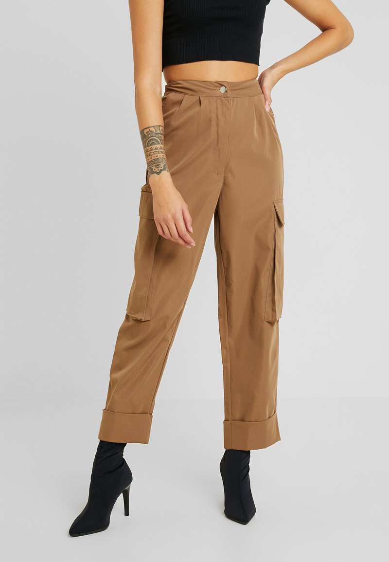 Missguided Petite - PLEAT FRONT TURN UP HEM CARGO TROUSER - Cargo trousers - tan