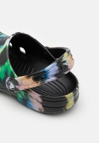 Crocs - CLASSIC TIE DYE GRAPHIC UNISEX - Mules - multicolor/black - 5
