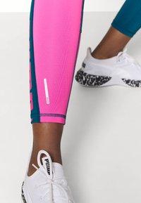 Puma - TRAIN LOGO HIGH RISE - Leggings - digi blue/luminous pink - 5