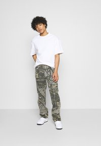 Jaded London - PATCHWORK FRAYED SKATE  - Jeans baggy - khaki - 1