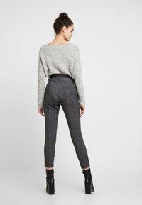 Vero Moda - VMEVA PAPERBAG CHECK PANT - Pantalones - dark grey melange/grey/brown - 3