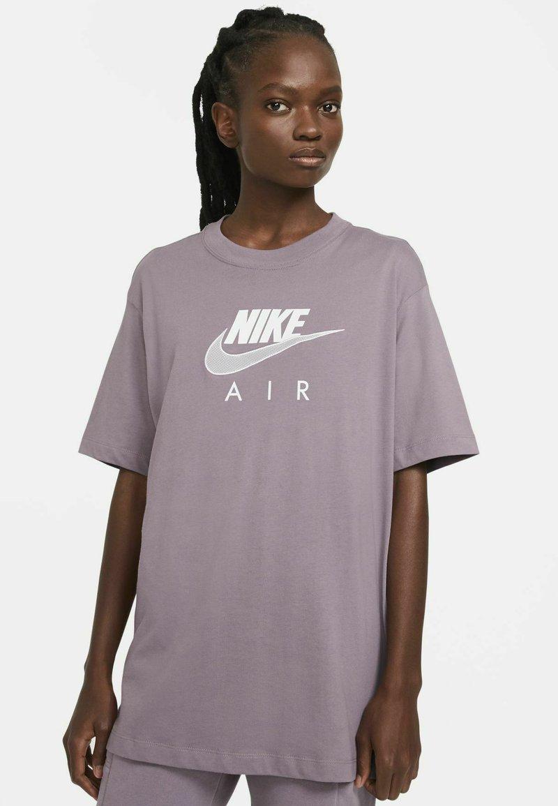 Nike Sportswear - AIR  - T-shirt print - purple smoke/white