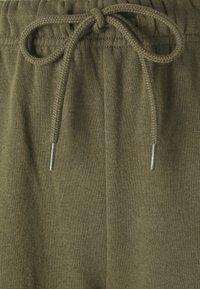 Pieces - PCCHILLI PANTS - Teplákové kalhoty - sea turtle - 2