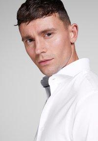Jack & Jones - ELEGANTES - Zakelijk overhemd - white - 2