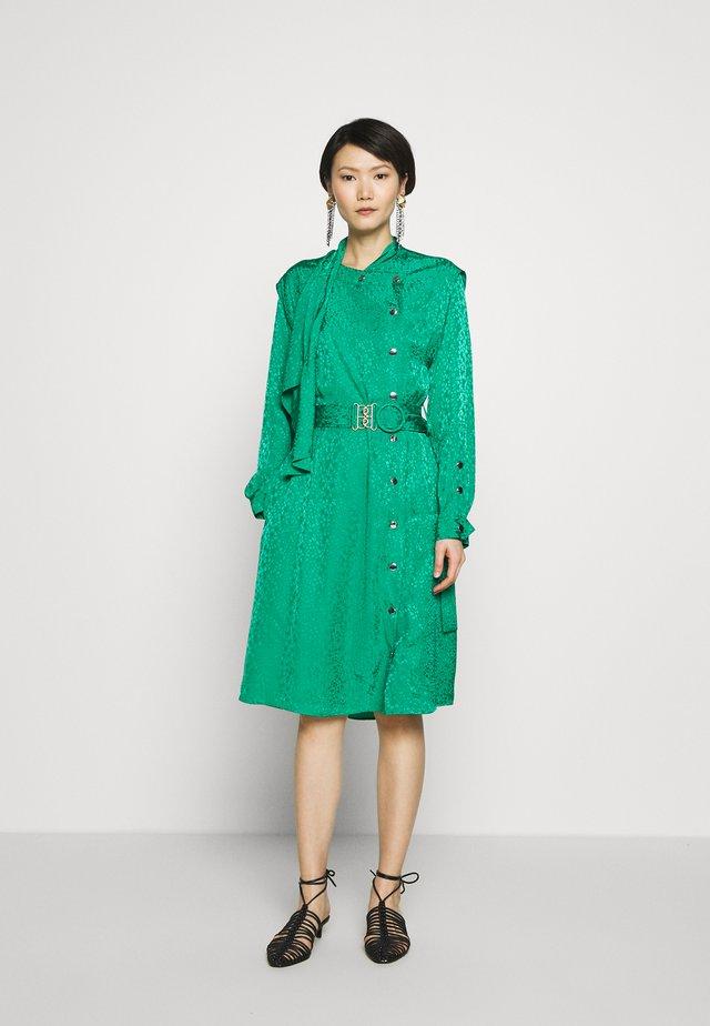 TEXTURED ARCHITECTURAL DRAPE BELTED - Korte jurk - green