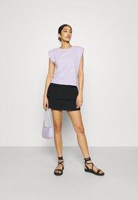 Pieces - PCTILY SMOCK SKIRT - Mini skirt - black - 1