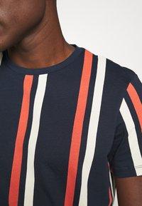 Jack & Jones - JORJERRY TEE CREW NECK  - T-shirt con stampa - navy blazer - 5