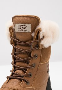 UGG - ADIRONDACK III - Bottes de neige - chestnut - 2