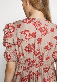 Glamorous Bloom - DRESS - Sukienka letnia - stone/rust flower - 6