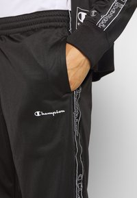 Champion - LEGACY TAPE TRACKSUIT SET - Tuta - black - 7