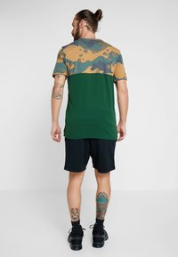 Nike Performance - DRY CAMO - T-shirt z nadrukiem - cosmic bonsai/team gold/black - 2