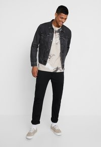 Jack & Jones - JCOMONT TEE CREW NECK - T-shirt med print - feather gray - 1