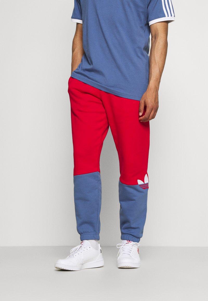 adidas Originals - SLICE - Träningsbyxor - scarlet/crew blue