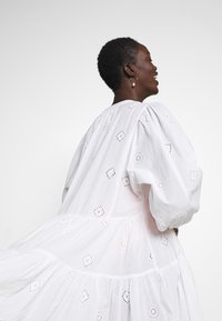 Seafolly - BORA BORA FLORA EMBROIDERY TIERED DRESS - Complementos de playa - white - 4