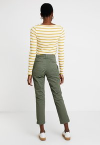 GAP - GIRLFRIEND - Pantalones chinos - greenway - 2