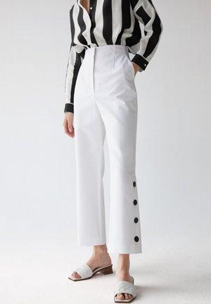 MIT ZIERKNÖPFEN - Trousers - white