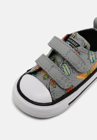 Converse - CHUCK TAYLOR ALL STAR BUGGED OUT UNISEX - Sneakers laag - ash stone/black/bright poppy - 6