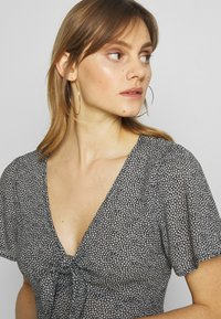 Abercrombie & Fitch - PRINT DRIVER TIE FRONT - Blouse - black grounded - 3