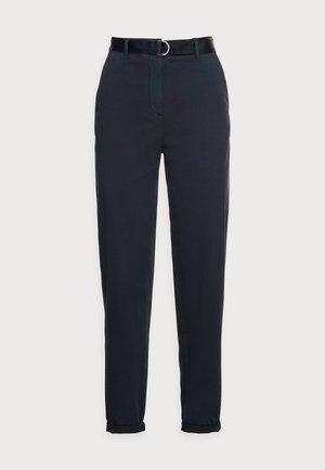 BLEND BELT TAPERED CHINO PANT - Chino kalhoty - blue