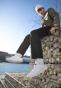 adidas Originals - SUPERCOURT - Matalavartiset tennarit - footwear white/core black - 6