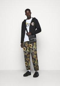 Versace Jeans Couture - FULL ZIP HOODIE WITH LOGO - veste en sweat zippée - nero - 1