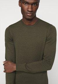 J.LINDEBERG - LYLE CREW NECK - Stickad tröja - moss green - 5