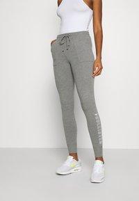 Hollister Co. - LOGO FLEGGING - Teplákové kalhoty - medium grey - 0