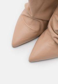 Patrizia Pepe - Kotníková obuv na vysokém podpatku - camel beige - 6