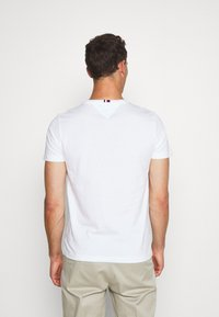 Tommy Hilfiger - GLOBAL STRIPE TEE - T-shirt con stampa - white - 2