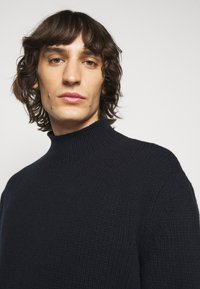 Filippa K - MIX TATE TURTLENECK  - Jumper - navy - 3