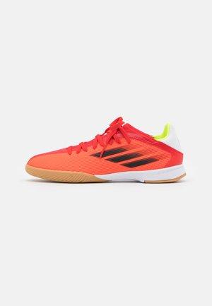 X SPEEDFLOW.3 IN UNISEX - Indoor football boots - red/core black/solar red