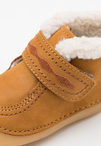 Kickers - SOETNIC UNISEX - Baby shoes - camel - 5