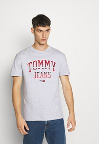 Tommy Jeans - PLAID COLLEGIATE  - T-shirt con stampa - silver grey0001D009U5B - 0