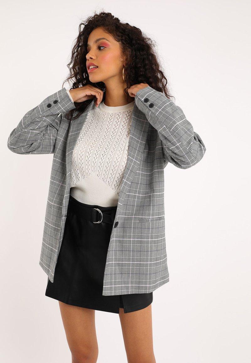 Pimkie - MIT KARO-PRINT - Short coat - schwarz